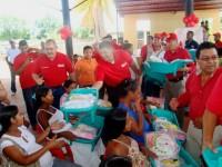 Mujeres embrazadas recibieron canastillas de manos de los candidatos del PSUV.