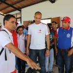 Rodríguez y Ramos escuchando a un atleta sobre los beneficios de la nueva instalación