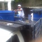 Juventud Descargando Agua desde el Camion de un Consejo Comunal