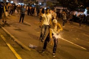 PROTESTAS Y CACEROLAZOS EN CARACAS MIENTRAS MADURO ES PROCLAMADO