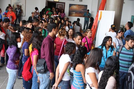 Los jóvenes que no se habían registrado comenzaron a hacerlo al salir del acto de inicio de entrega de la tarjeta Somos