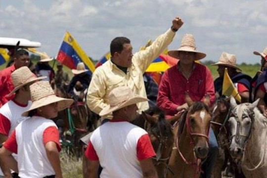 Chavez-con-campesinos-Small