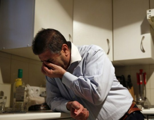 Andrés González Manzano, de 53 años, reacciona ante su desalojo en Madrid, España, el 3 de marzo de 2014. (Foto: Susana Vera – Reuters).