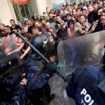 La policía regional catalana se lanza contra los manifestantes durante una protesta por el desalojo de los ocupantes del 'banco expropiado', en Barcelona, España, el 29 de mayo 2016. (Foto: Albert Gea – Reuters).